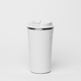 Белая кофейная фляга на белом фоне