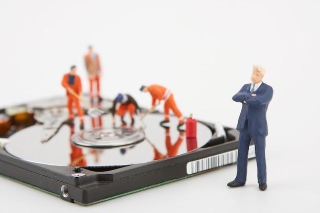 화이트 칼라 사업가 컴퓨터 하드 드라이브에 근로자