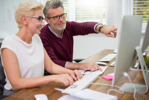 Colletti bianchi che lavorano sui computer