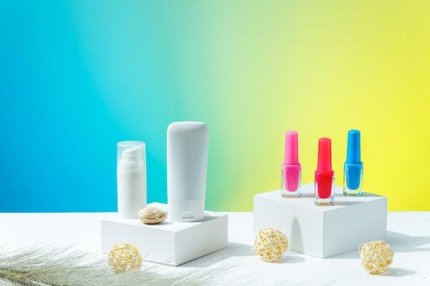 Тубы для косметического увлажняющего крема белого цвета без логотипа и яркого лака для ногтей