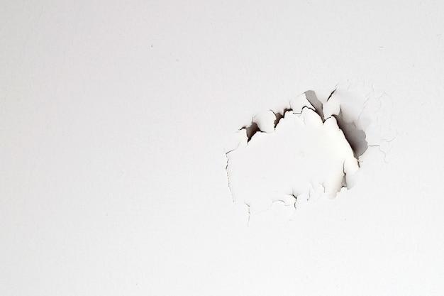 天井の家に白いペンキがはがれている。屋根の下