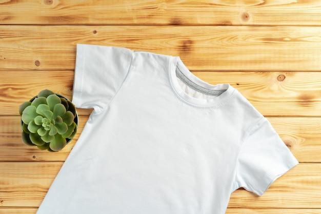 あなたのデザインのコピースペース付きの白い色のtシャツ。ファッションコンセプト