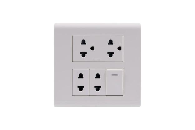 白い背景で隔離のオンオフスイッチ付きの白い色の壁コンセントac電源プラグソケット。