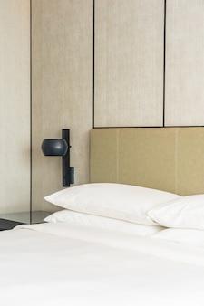 Interno comodo bianco della decorazione del cuscino della camera da letto