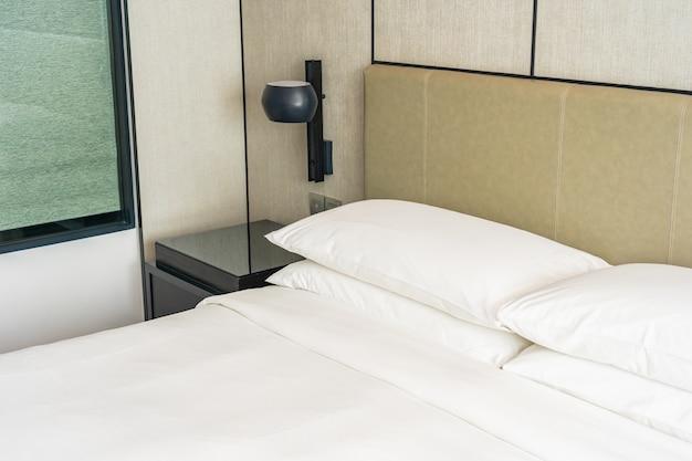 Белая удобная подушка для украшения интерьера спальни
