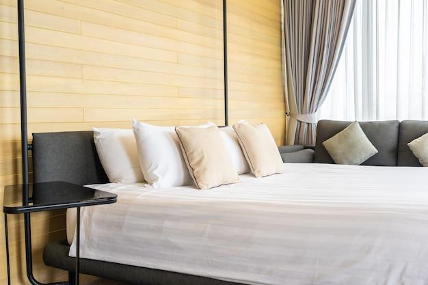 침대 방의 침대 장식 인테리어에 흰색 편안한 베개