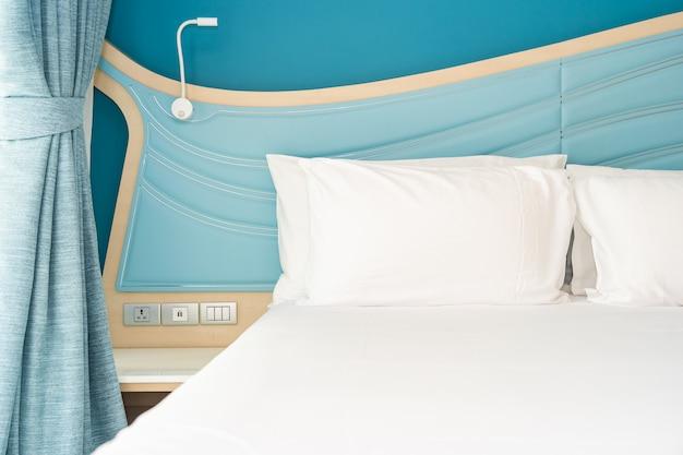 침대에 하얀 편안한 베개