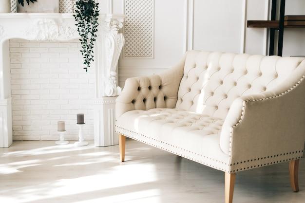 Белый удобный диван в элегантной гостиной