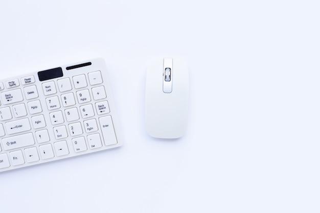 노란색 표면에 흰색 컴퓨터 키보드와 마우스