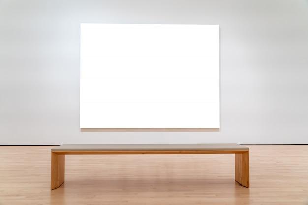 Белый рекламный щит перед скамейкой