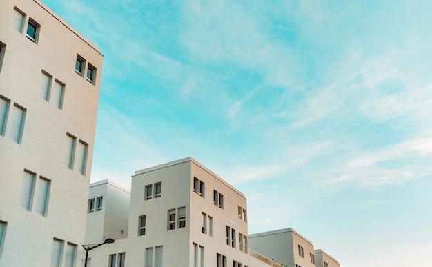 Белые бетонные многоквартирные дома