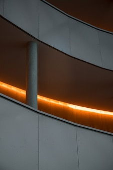 Белая бетонная лестница с серыми металлическими перилами