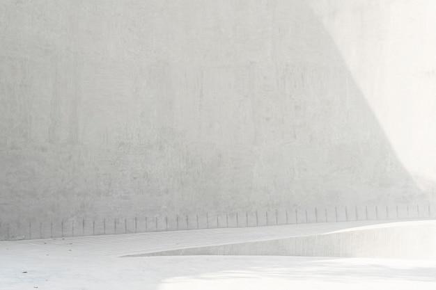 白いコンクリートの壁と公園で屋外の日光と床。抽象的なテクスチャ背景。