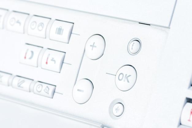 Белая панель управления современной системой отопления
