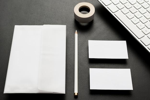 Белая копия пространства стол канцелярские товары высокий вид