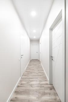 Белый коридор с белыми дверями в квартире