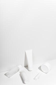 흰색 화장품 용기. 화장품 제품에 대한 빈 브랜드가없는 튜브 세트.
