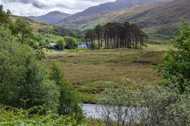 스코틀랜드 lochaber의 ailort 강 근처에 있는 흰색 코티지