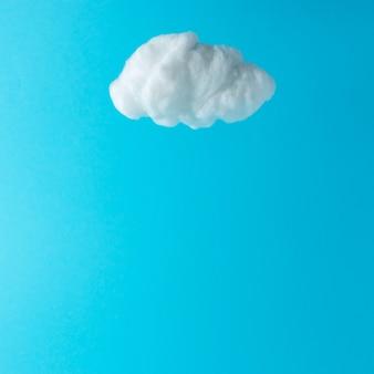パステルブルーに分離された白い綿の雲