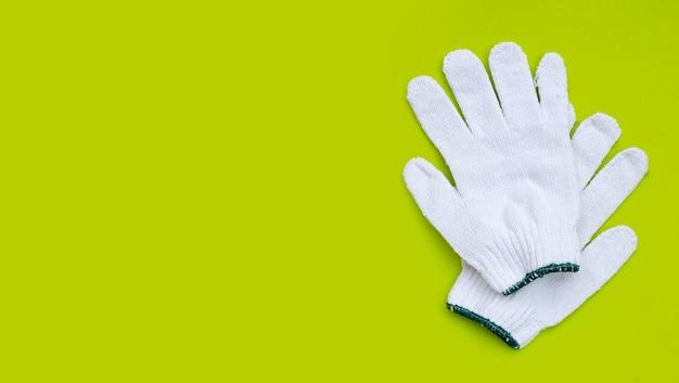 緑の表面に白い綿の手袋