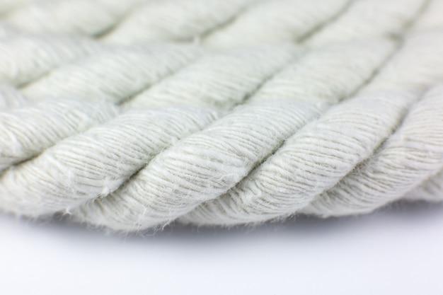 白い背景の上の白い綿ロープカール。