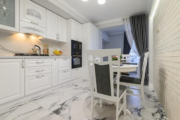 Белая уютная кухня в классическом стиле