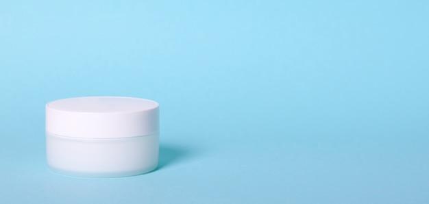 白いクリームコンテナー。分離されました。