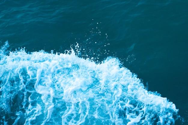 바다의 어두운 청록색 물에 파도의 흰색 볏.