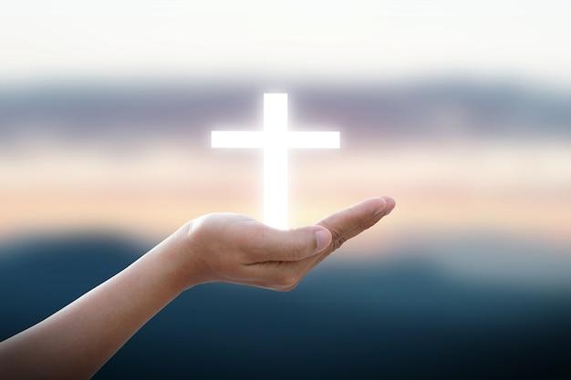 인간의 손에 흰 십자가