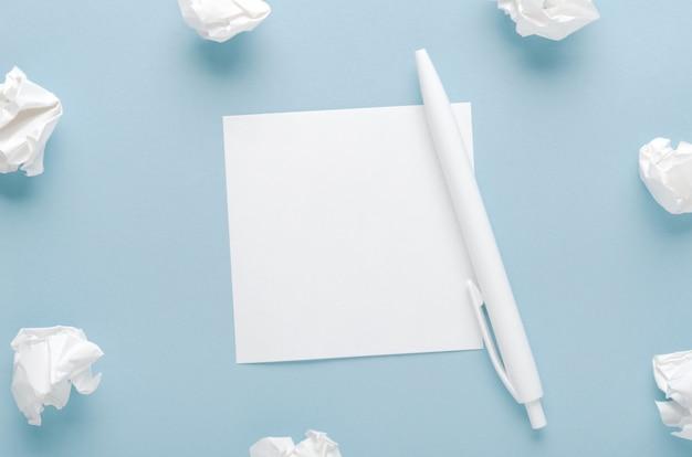Белый мятую бумагу и лист бумаги с ручкой.