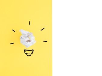 黄色と白の背景に白い球状の紙球電球