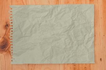 白い紙くずのテクスチャの背景。テーブルの上に