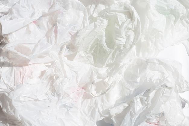 白いしわくちゃのビニール袋の表面