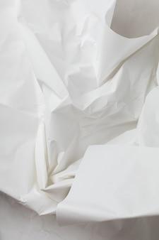 질감과 텍스트 위치가 있는 흰색 구겨진 포장지 배경