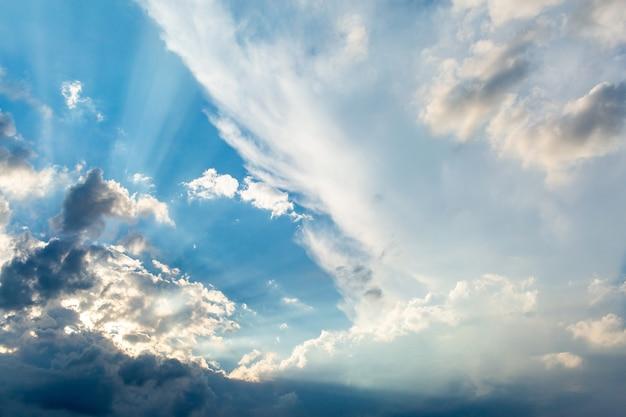 白い積雲と青い空