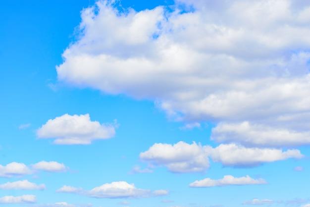 낮에 푸른 하늘에 흰 적 운 구름. 자연 배경 사진 텍스처입니다.