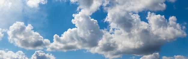 화창한 날 푸른 하늘에 흰 적운 구름