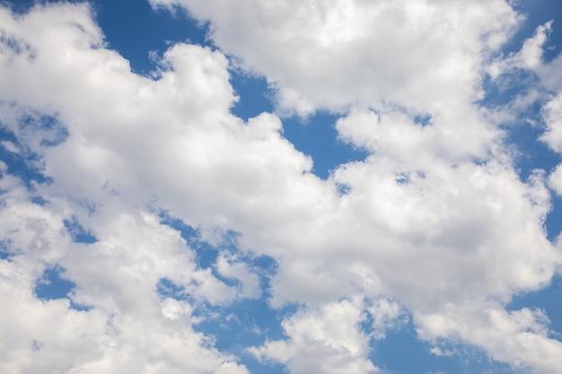 青い空に白い積雲