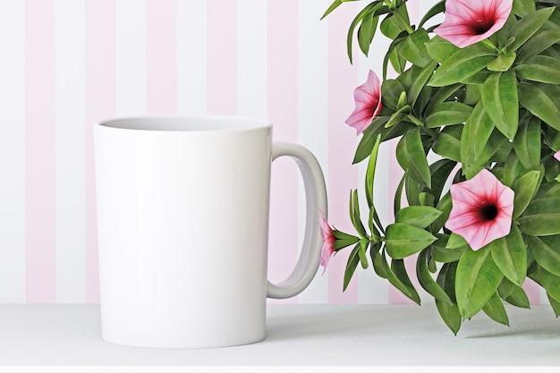 Макет белой чашки на фоне цветов