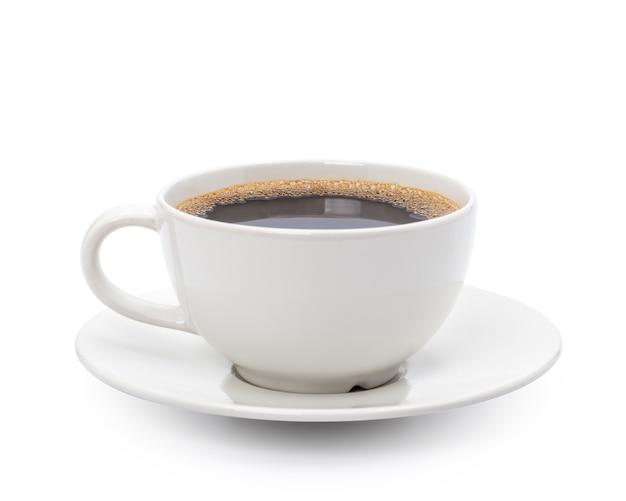 Белая чашка черного кофе, изолированные на белом фоне с обтравочным контуром