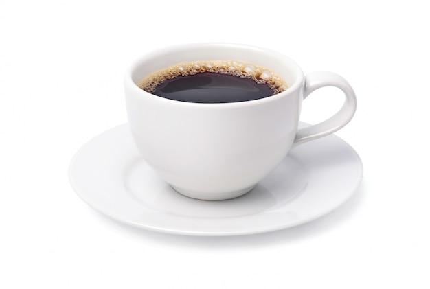 白い背景で隔離のブラックコーヒーの白いカップ