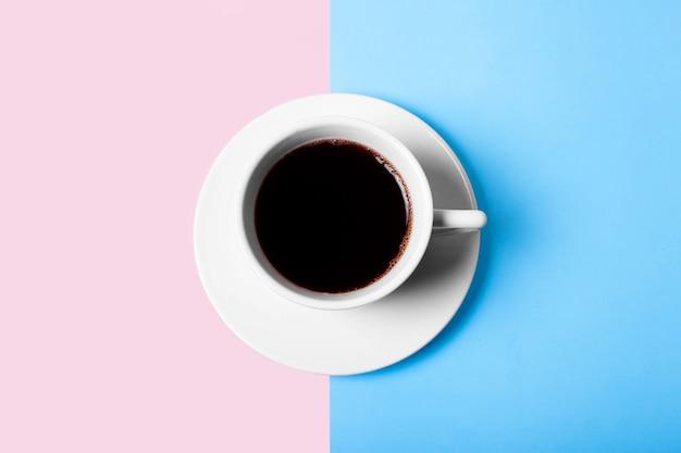 파스텔 배경에 검정 또는 아메리카노 커피의 흰색 컵. 평면도.