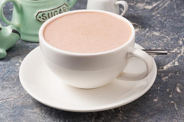 회색 배경에 우유와 코코아의 흰색 컵