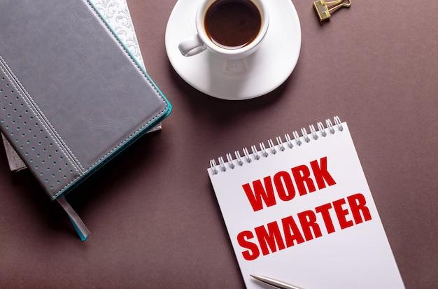 흰색 컵의 커피와 work smarter 노트북