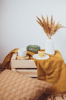 Белая чашка кофе сырники, жёлтый горчичный цвет плед, спальня, осень