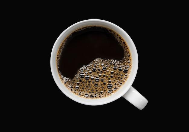 Белая чашка кофе на черном