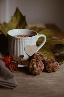 白いお茶の秋の静物