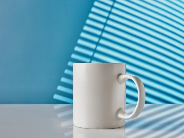 파란색 배경에 테이블에 흰색 컵