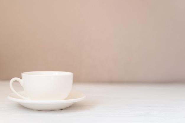 흰색 나무 테이블에 흰색 컵