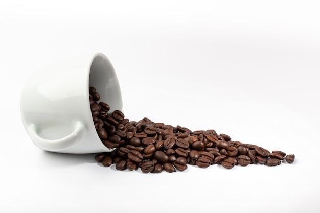 コーヒー豆のクローズアップと白いカップ